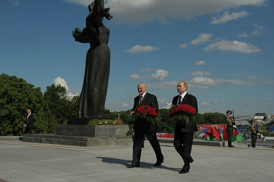 Путин и Лукашенко возложили цветы к стеле «Минск – город-герой»