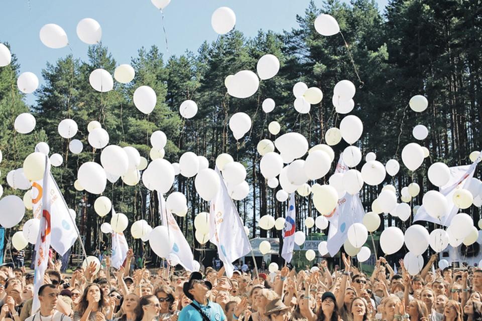 Молодежь со всех континентов с удовольствием приезжает на одно из лучших молодежных мероприятий в мире.