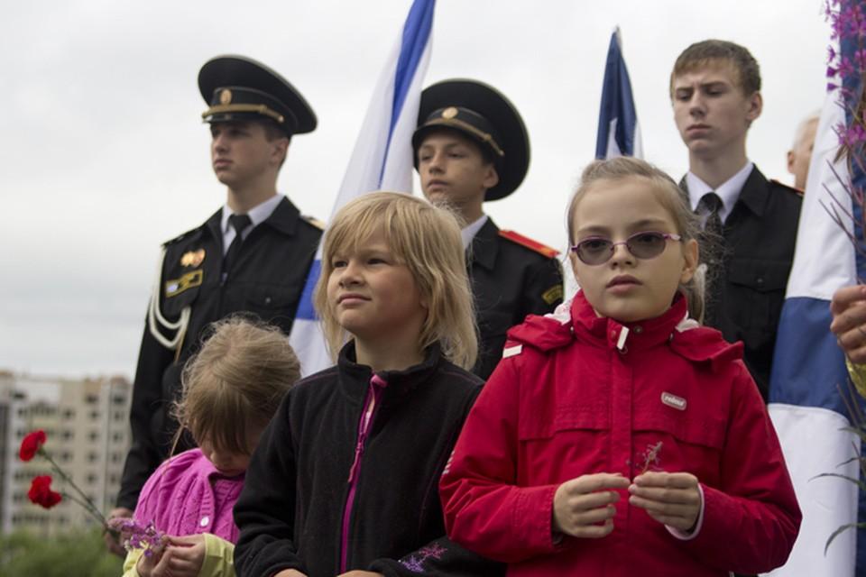 """Многие из тех, кто пришел почтить память """"Курска"""", родились уже после трагедии."""