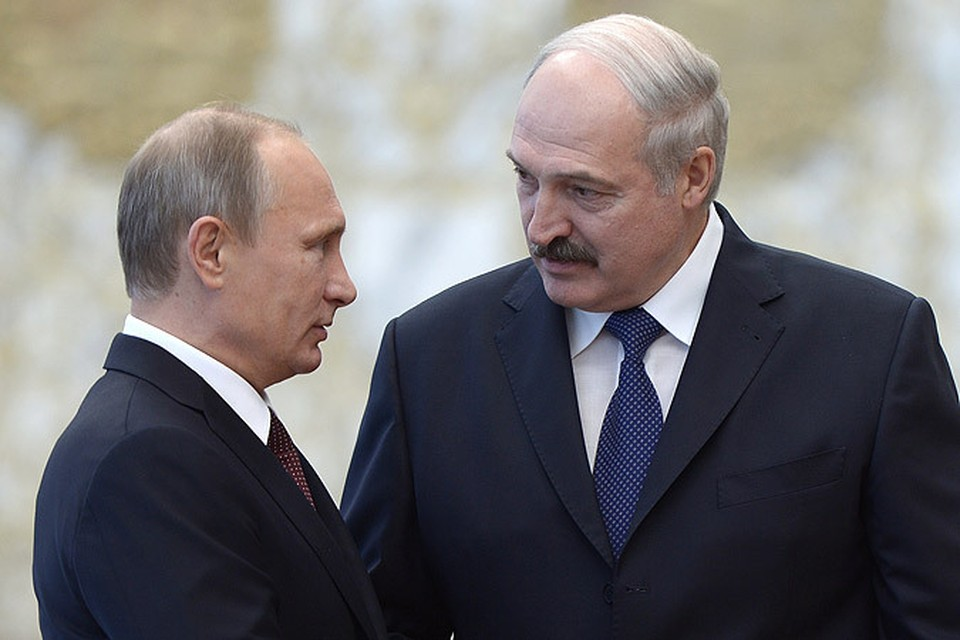 Президент России Владимир Путин (слева) и президент Белоруссии Александр Лукашенко во время встречи во Дворце Независимости в Минске.