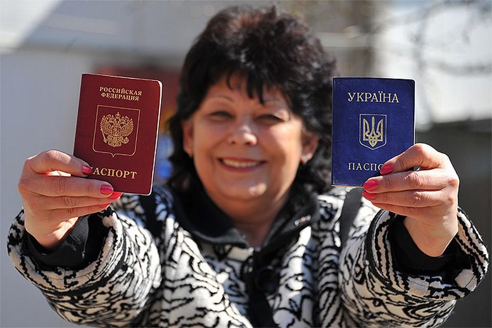 два паспорта в руках
