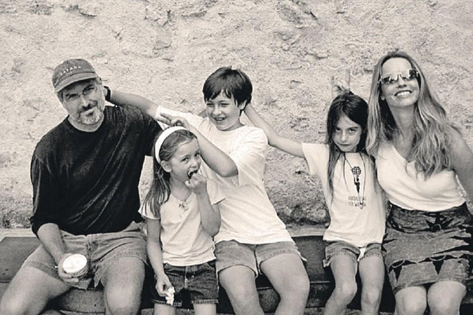 Семейство Джобс (слева направо): сам Стив, младшая - Ева, сын Рид, cредняя дочь Эрин и внебрачная - Лиза. Репродукция из книги Уолтера Айзексона «Стив Джобс»
