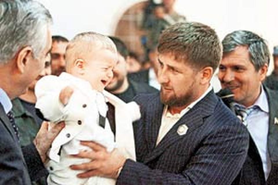 Рамзан Кадыров с одним из своих младших сыновей, Ахматом.