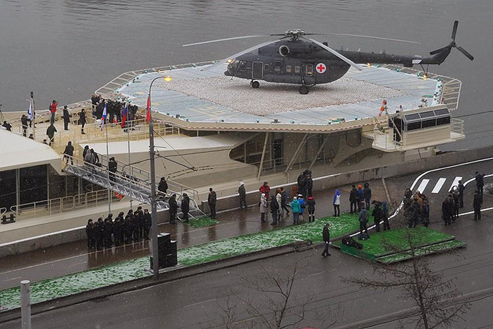 """На Фрунзенской набережной появился """"причальный комплекс с вертолетной площадкой"""" для нужд Минобороны."""