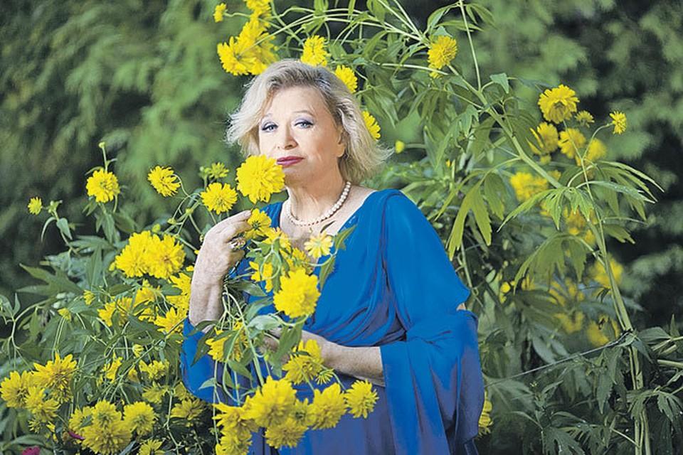 Эта фотография Валентины Талызиной сделана минувшим летом на даче актрисы вподмосковном Кратове. Над женским очарованием годы не властны. Фото: Влад АЙНЕТ