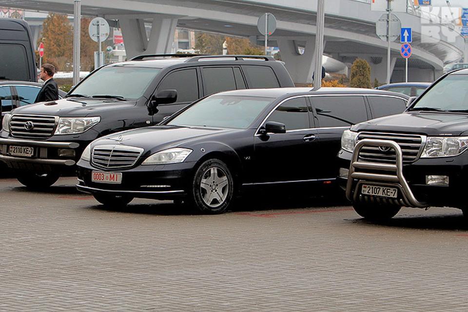 Самый новый лимузин Лукашенко в окружении автомобилей службы безопасности президента