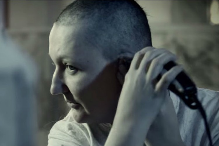 Красноярка выбрила голову, чтобы помочь больной раком девочке. Фото: стоп-кадр YouTube.