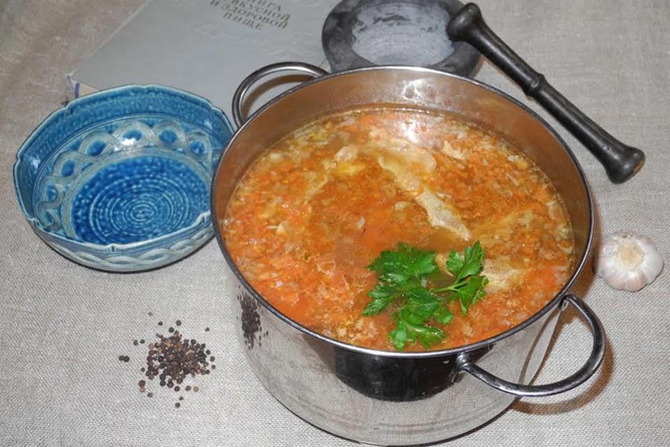 Получается кислая баранья похлебка из риса, помидоров и слив, приправленная луком, перцем и чесноком...