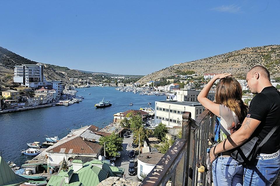 Хочется так: выйдешь на балкон - и смотришь в открытое море. Ну или хотя бы на залив.