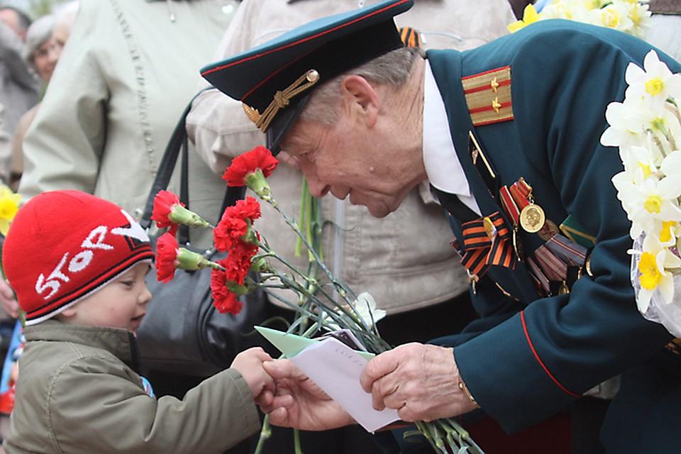 Открытка ветеран и солдат, веселого