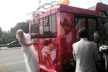 В Казани пара арендовала на свадьбу «троллейбус влюбленных»