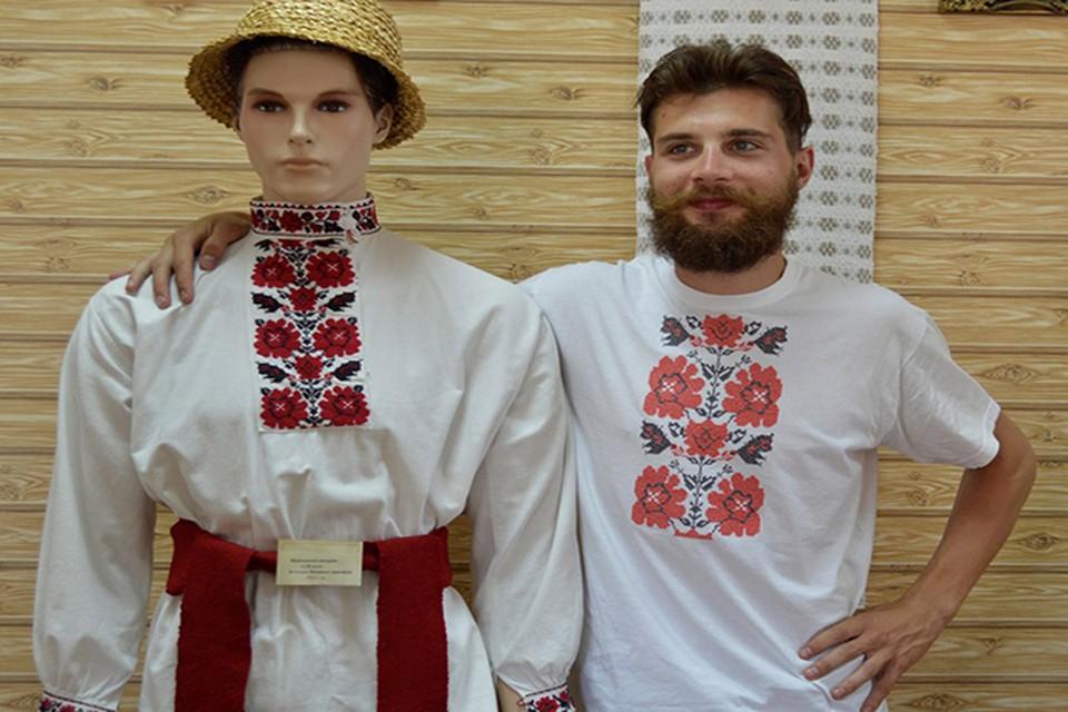 Парень из Малориты вышивает на футболках старинные орнаменты. Фото: из личного архива.