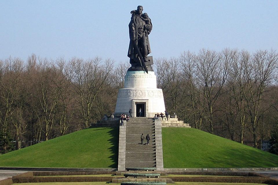 Автор сопроводила подписью фотографию статуи солдата-освободителя на воинском мемориале в Трептов-парке немецкой столицы: «В Германии этот мемориал иногда называют «могилой неизвестного насильника»