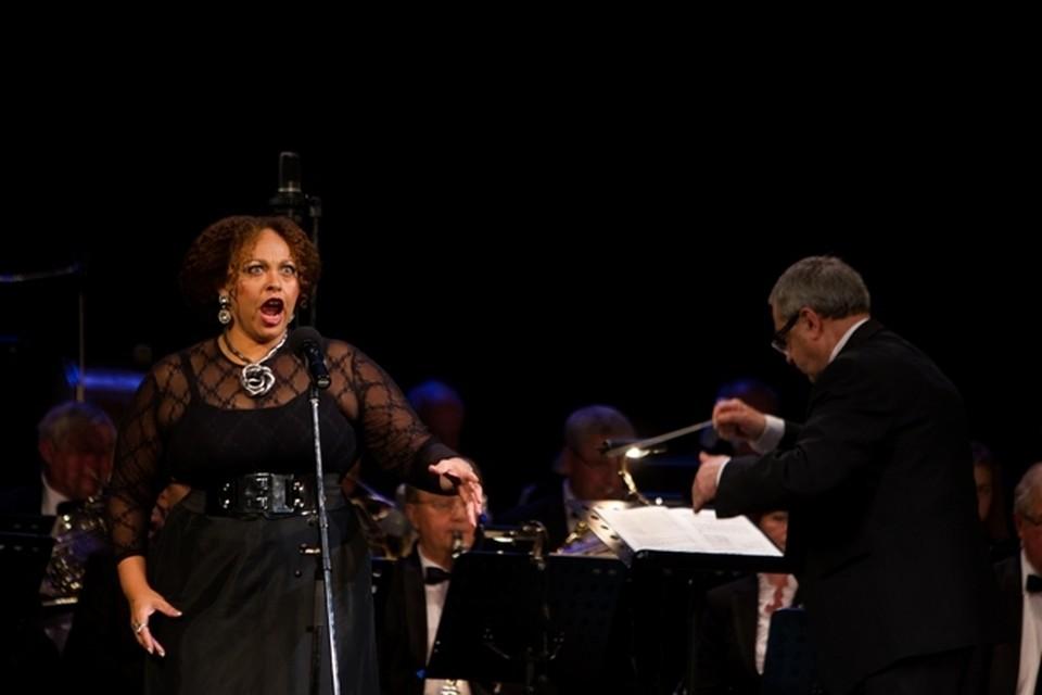 На лице обладательницы премии «Грэмми» Моники МакДональд мелькала вся гамма эмоций, которые дополняли мощный вокал.