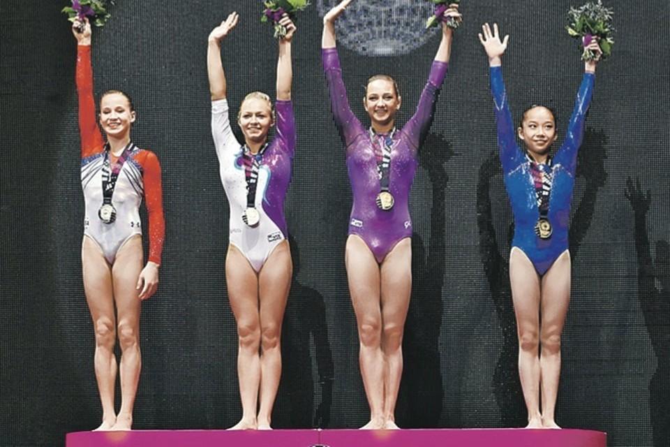 Уникальный случай - «золото» на брусьях выиграли сразу четыре гимнастки (слева направо): Мэдисон Кошан (США), Дарья Спиридонова, Виктория Комова (обе - Россия), Фань Илинь (Китай).