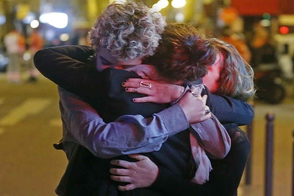 В Париже встречают выживших заложников