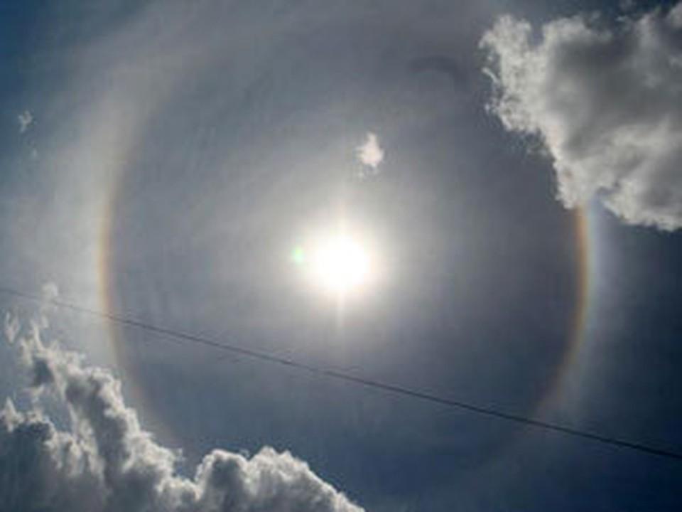 Ученые объясняют подобное явление нахождением ледяных кристаллов в перистых облаках на высоте 5—10 км в верхних слоях тропосферы.