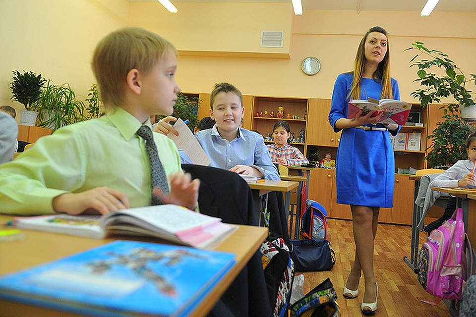 Ученики заглядывают учителям под юбки