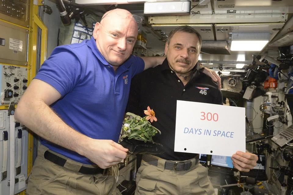 Михаил Корниенко и Скотт Келли на 300 день в космосе. Всего они отработали на Международной станции почти год - 341 день