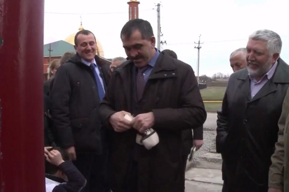 """Глава Ингушетии считает, что мальчики не должны носить """"девчачьи"""" шапки. Фото: стоп-кадр видео"""