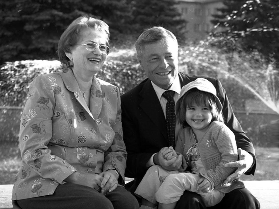 Петр Сумин с женой и внучкой. Фото: из семейного архива
