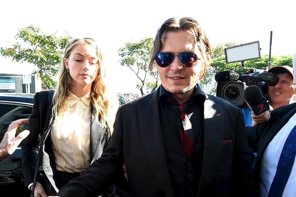Голливудский актер Джонни Депп со своей женой Эмбер Херд у входа в суд в Австралии