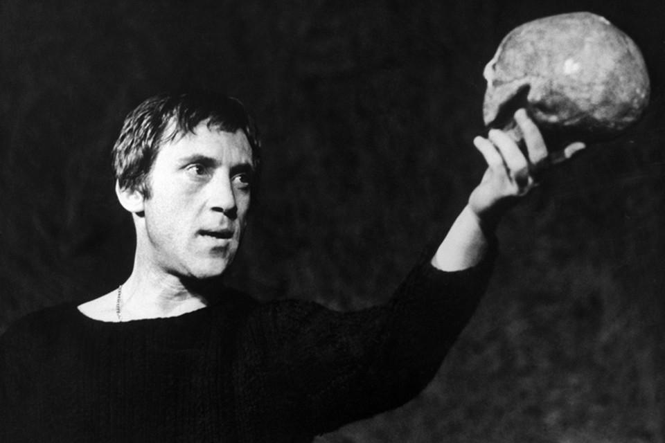 Гамлет (в исполнении Владимира Высоцкого), принц датский, держит в руках череп Йорика.