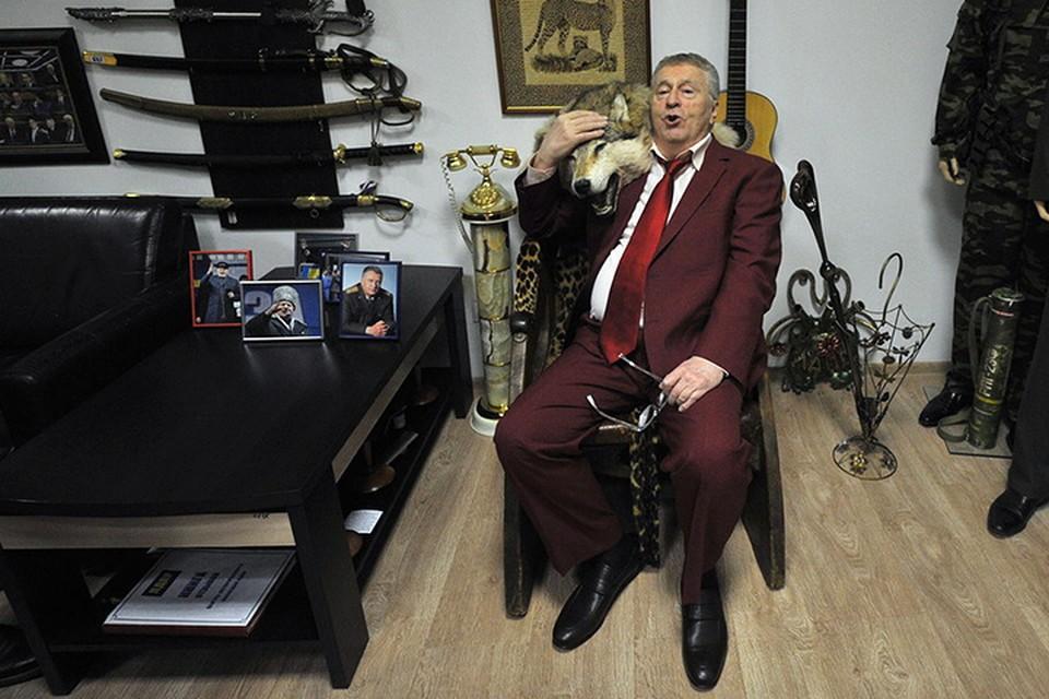 От президента Ирака и просто друга Саддама Хусейна у юбиляра на память трон, декорированный леопардом. Волчья шкура добавилась потом - хозяин-то Вольфович!)