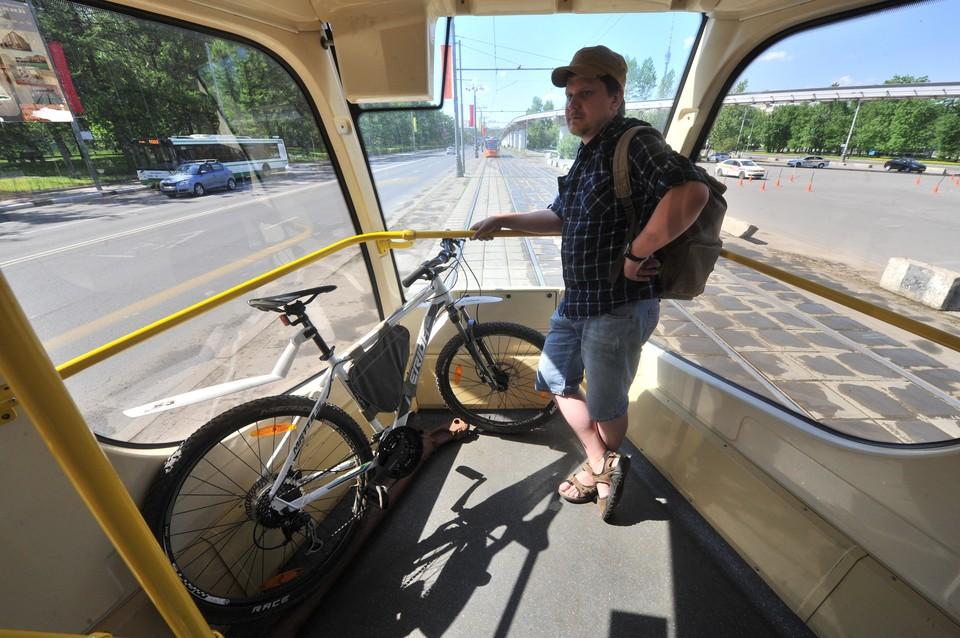 У новых трамваев в задней части есть свободная площадка! Туда можно положить целую гору велосипедов.