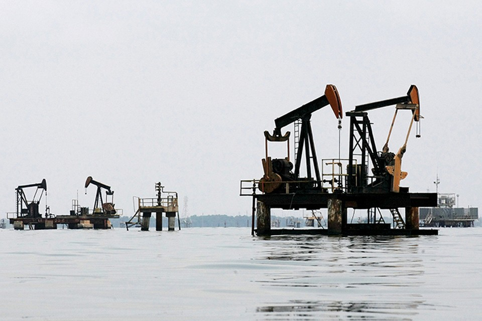Цены на нефть, вновь опустившись ниже отметки в 50$ за баррель, топчутся почти на одном месте