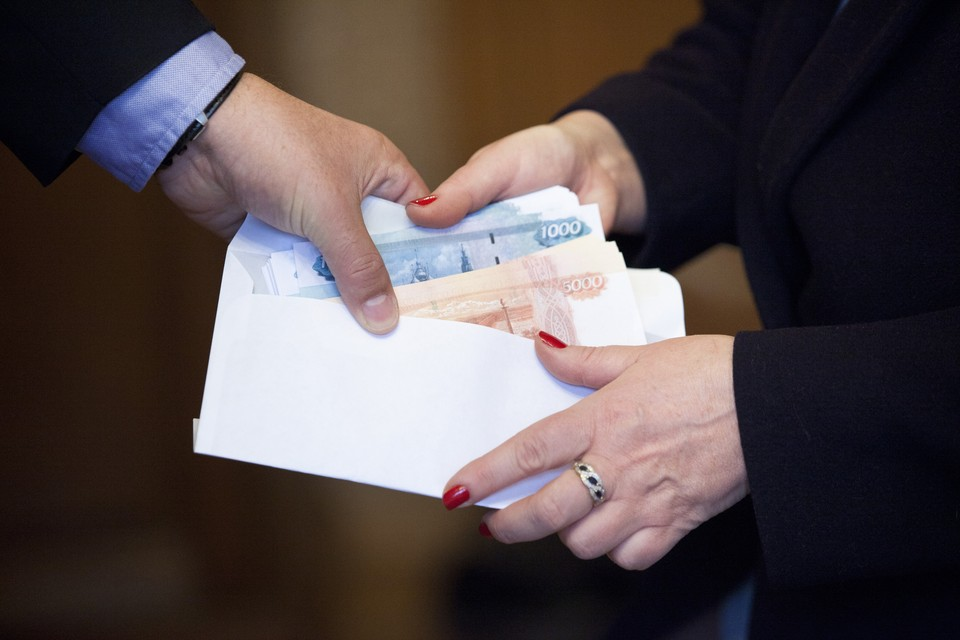Средний размер взятки на Дону по итогам 2015 года составлял 74 тысячи рублей, посредничество ценилось выше - почти 600 тысяч.
