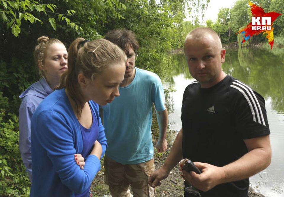 Улов рыбака изучают студенты-зоологи. Фото: Сергей ЛЕОНОВ