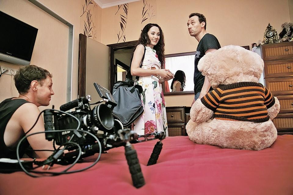 Рабочий момент съемок: слева - Мария Ефремова, справа - Анатолий Белый. Плюшевого медведя играет мишка Федя. Фото: Вероника ЛОБАНОВА