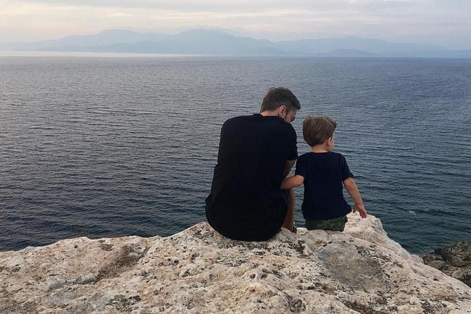 Отношения отца и сына выглядят более чем идиллическими.