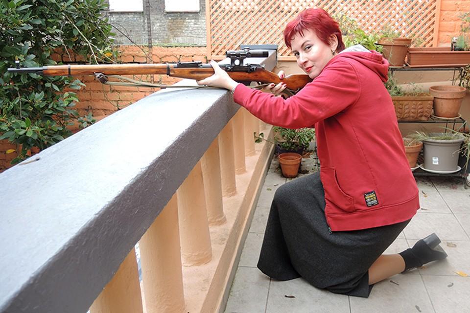 Дарья Асламова в садике мирного французского дома учится стрелять из снайперской винтовки