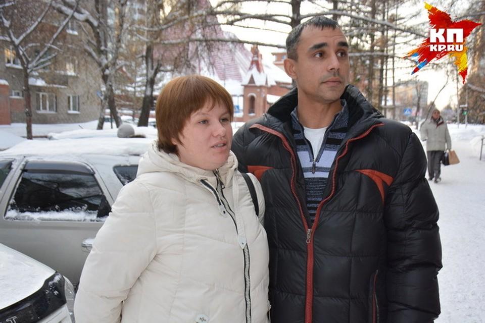 Виктор Ганчар вместе с супругой Юлией после очередного заседания в Центральном районном суде Новосибирска.