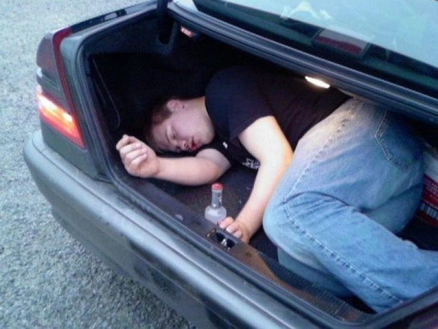 Картинка девушка с машины вываливается пьяная