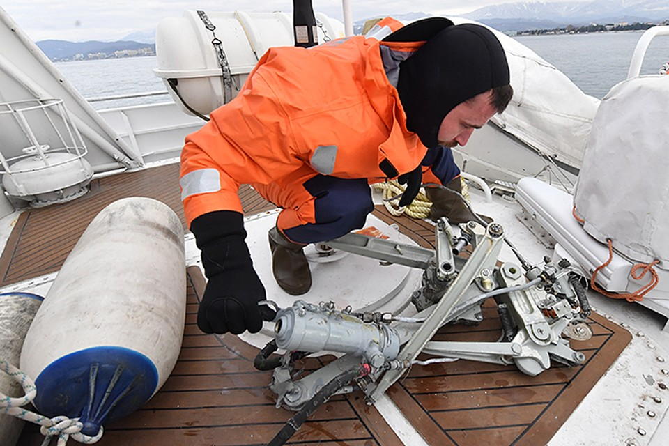 Спасатели начали операцию по подъему фрагментов