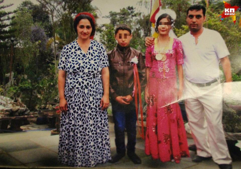 Лаура и Петро (в центре) поженились год назад. Тогда девочке было еще 11 лет Фото: предоставлено родственниками Петро
