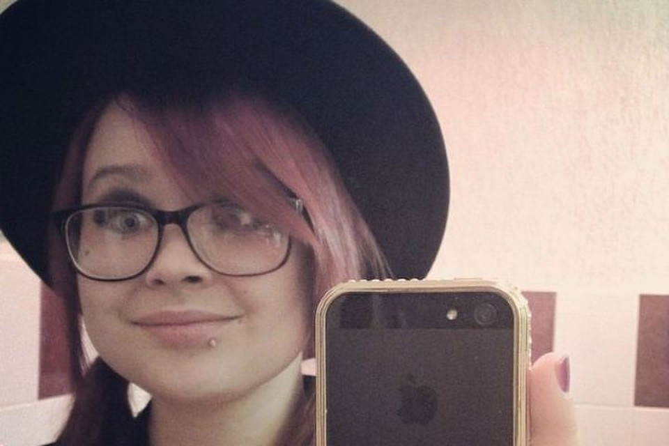 Марии Шестопаловой, учительнице вокала из Красноярска, пришлось уволиться после того, как активисты пожаловались на ее фотографии в соцсетях