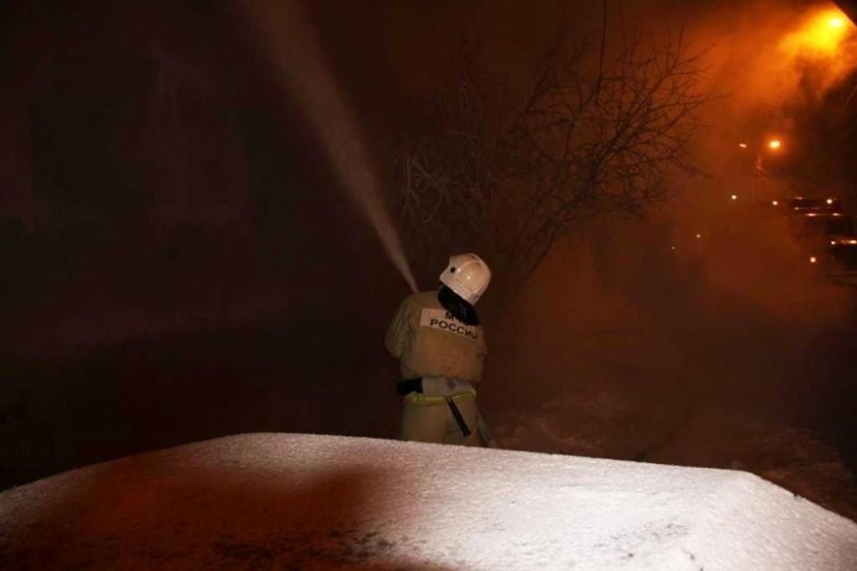 Несколько часов понадобилось, чтобы потушить пожар. Фото пресс-служба МЧС по ЯНАО.