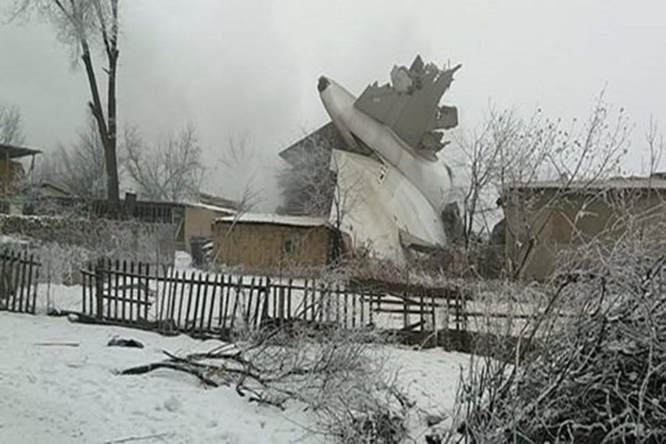 Самолет рухнул прямо на жилые дома.