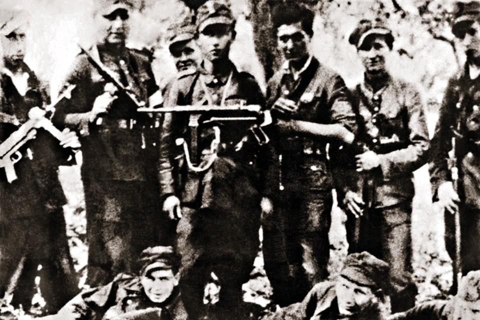 Одно из партизанских подразделений «Армии Крайовой» на отдыхе. Решения за них принимали в Лондоне. Фото: Laski Diffusion/EAST NEWS