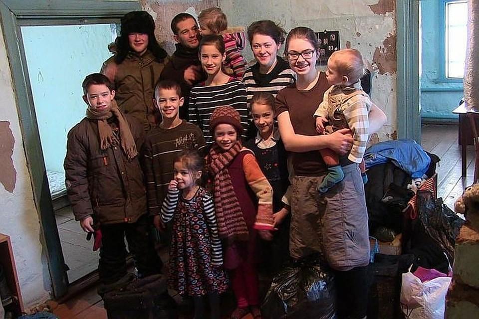 Многодетная семья зимовала в полузаброшенном четырехкомнатном доме. Фото: Ростислав АЛИЕВ/газета «Правда Севера»