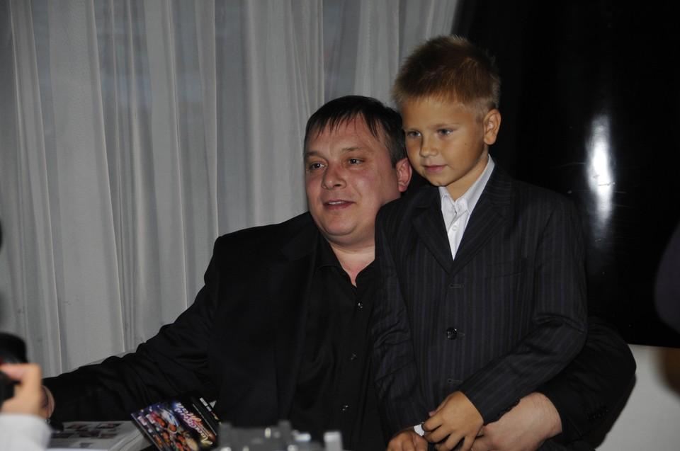 Андрей Разин с сыном в 2009 году