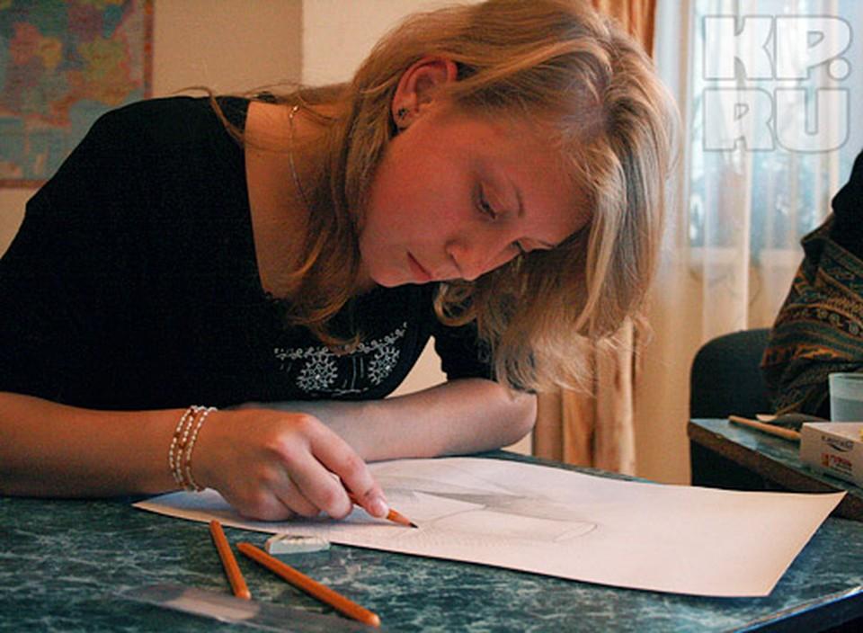 """Художники рисуют эскизы для росписи печки в строящемся """"теремке""""."""