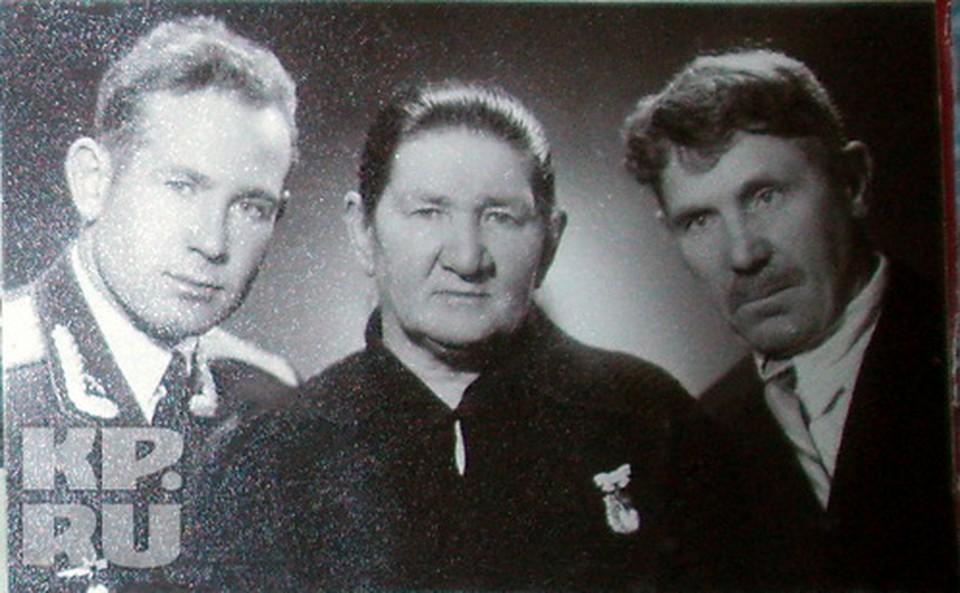 Космонавт Алексей Леонов с родителями -  Евдокией и Архипом