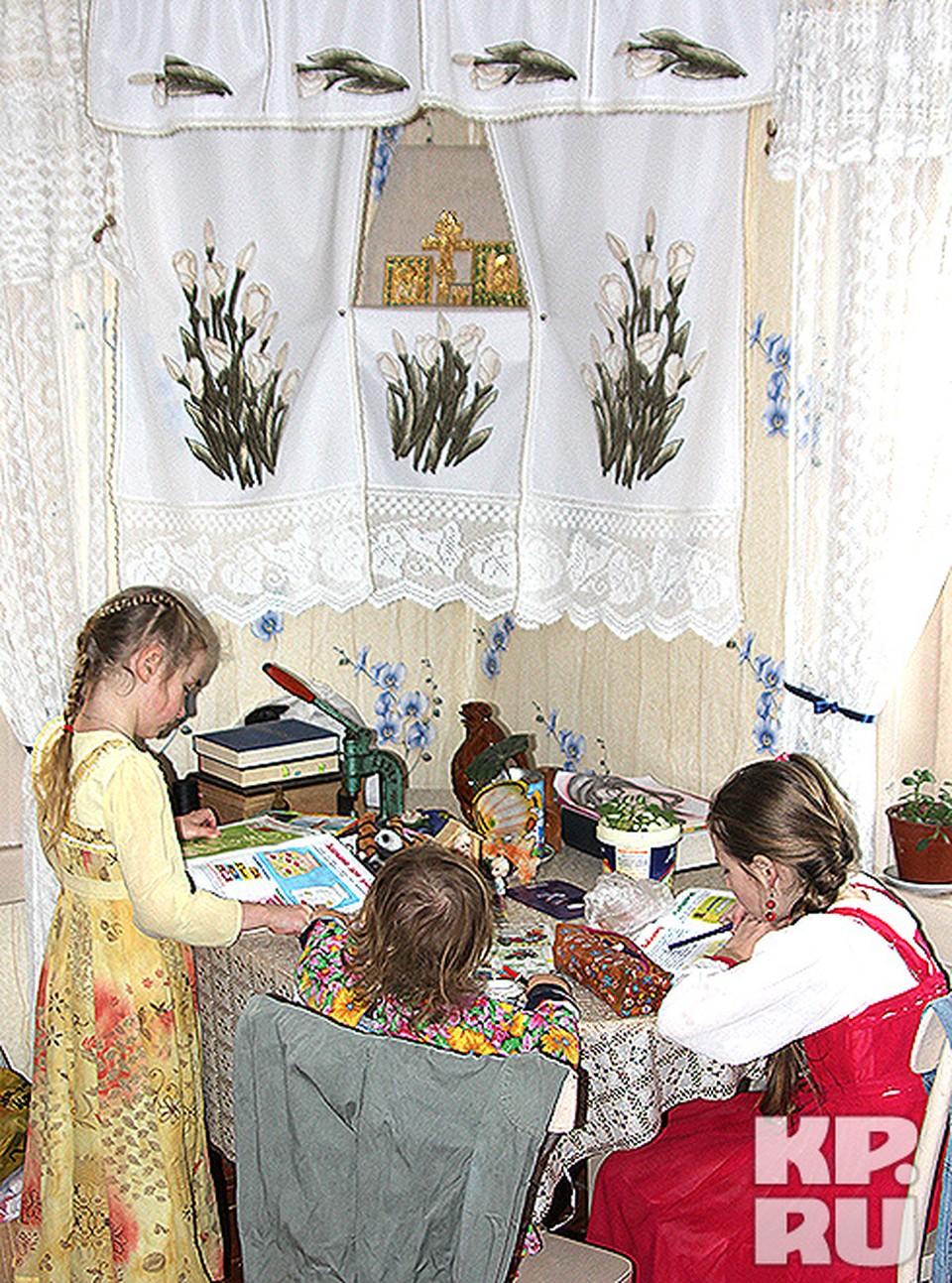 Дети Мурчевых в калужском селе Огорь — за уроками