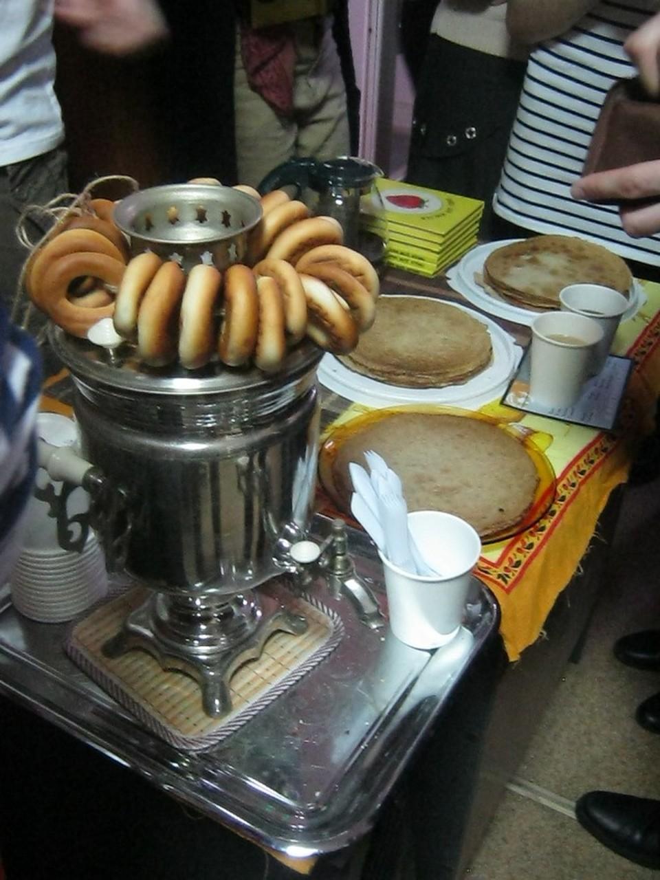В холле можно было купить вкусный чай или сбитень и вегетарианские сладости