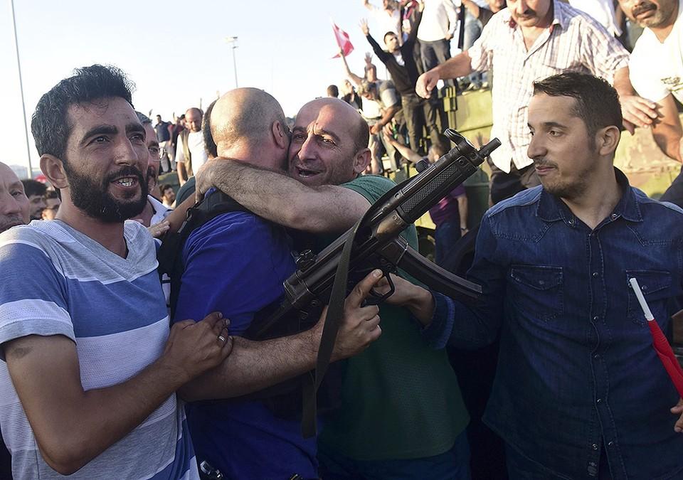 Мужчина обнимает полицейского после освобождения моста через Босфор от мятежных военных.